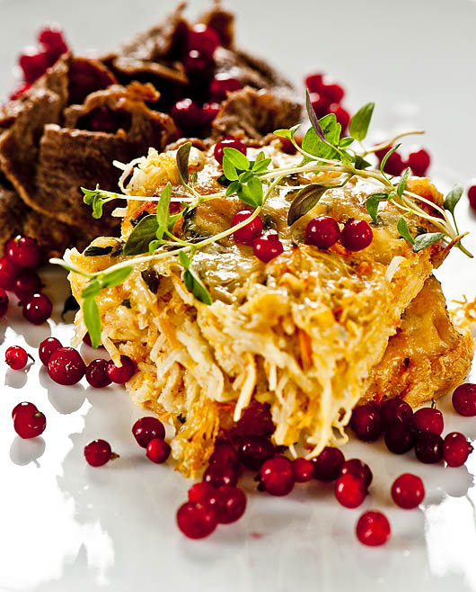 Gratäng på rotselleri serverad med viltskav och lingon. Foto: Jurek Holzer
