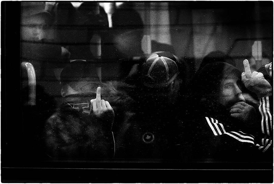 2006-01-28 En nazistdemonstration tågar från Norra Bantorget till Odenplan och möter en motdemonstration, varpå polisen sätter nazisterna på en buss som körs därifrån. Foto: Jurek Holzer