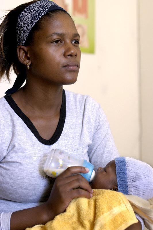 2004-03-09  I kåkstaden Mbekweni utanför Paarl ligger Ikhwezi Centre och Mothers to mothers. En mottagning där hivsmittade mödrar hjälper gravida kvinnor som också är hivpositiva. Nombulelo Khanyiwe, 23 med dottern Ayisha. Foto: Jurek Holzer/SvD