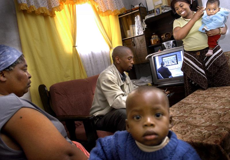 2004-03-13 Viljoenskroon. Hemma hos familjen Letshaba i deras sk RDP-hus i den svarta förstaden Rammulotsi. Foto: Jurek Holzer/SvD