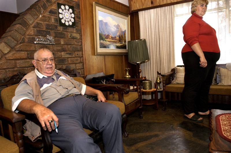 2004-03-13 Viljoenskroon. Den konservative farmaren Swarts Botha med dottern Beula tror inte på förändringar. Foto: Jurek Holzer/SvD