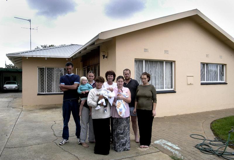 2004-03-15 Gruvstaden Welkom i Sydafrika har drabbats av massarbetslöshet. Tre arbetslösa familjer har flyttat ihop i ett hus för att spara pengar. Familjerna Botha, Steenberg och Geldenhuys. Foto: Jurek Holzer/SvD