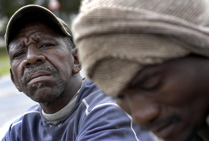 2004-03-15. Gruvstaden Welkom i Sydafrika har drabbats av massarbetslöshet. Arbetslösa gruvarbetare sitter vid vägkanten i väntan på trädgårdsarbete. Foto: Jurek Holzer/SvD