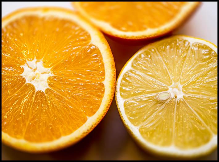 Apelsiner och citron passar till laxen. Foto: Jurek Holzer