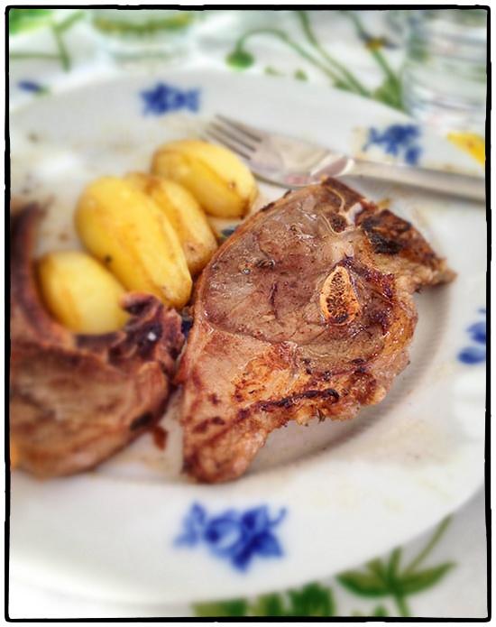 Två svingoda lammkotletter på en kladdig tallrik med alldeles för mycket potatis och inga grönsaker annat än mönstret på duken. Foto: Jurek Holzer