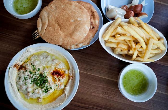 En hummusmåltid på Abu Hassan i Jaffa. Foto: Jurek Holzer