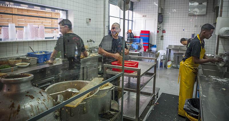 Full fart i köket på Abu Hassan i Jaffa. Foto: Jurek Holzer