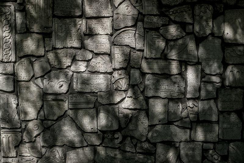 Muren som omger den judiska begravningsplatsen i Kazimierz är byggd av sönderslagna gravstenar.