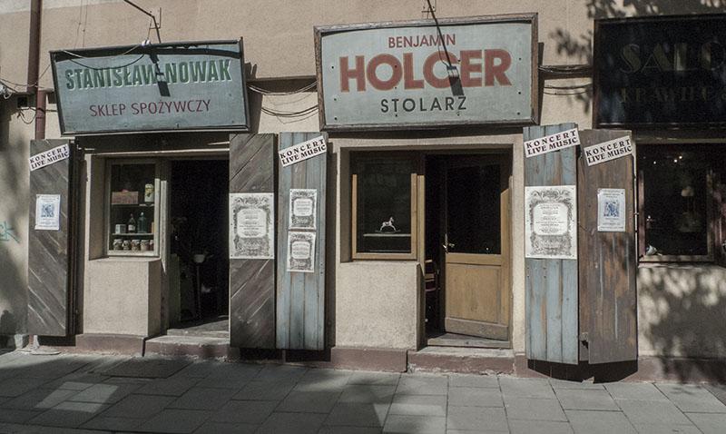 Snickaren Holger hade en verkstad i de judiska kvarteren i Krakow som har återskapats. Vem var han? Är jag släkt med honom? Frågor om en svunnen värld som inte längre går att svara på.