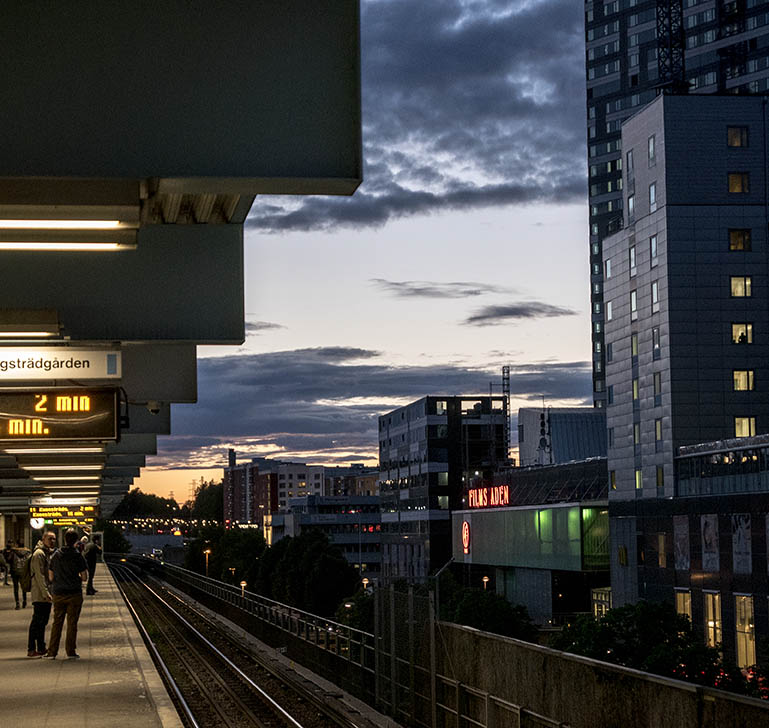 T-banestationen i Kista. På väg hem efter middag hos Janne Zettergren  ©foto: Jurek Holzer/oskarpmask 2015-05-27
